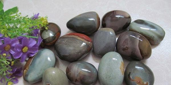 Équilibrage par pose de pierres spécialement choisies et implantées à des endroits précis